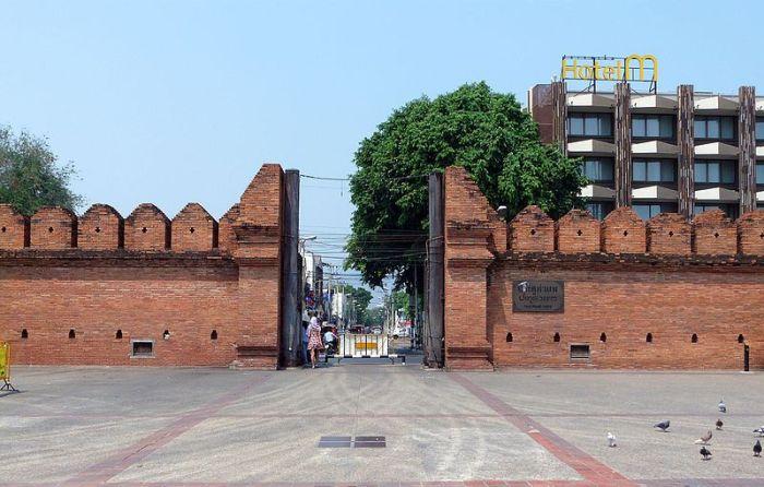 201703291111a_Chiang_Mai,_City_Wall,_Tha_Phae_Gate