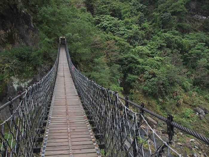 岳王亭與吊橋