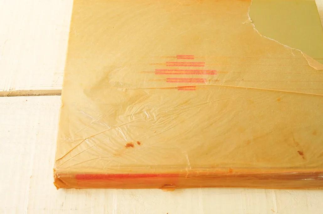 色褪せて古ぼけた表紙カバーが趣ある古本