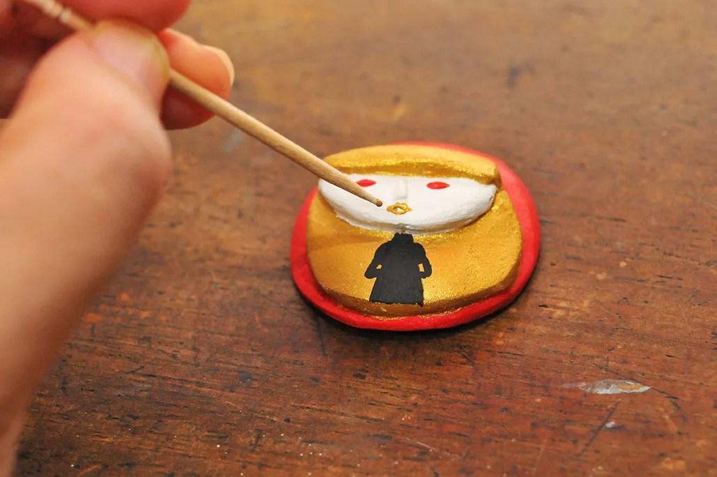 粘土ブローチの細かい色つけは爪楊枝を使う