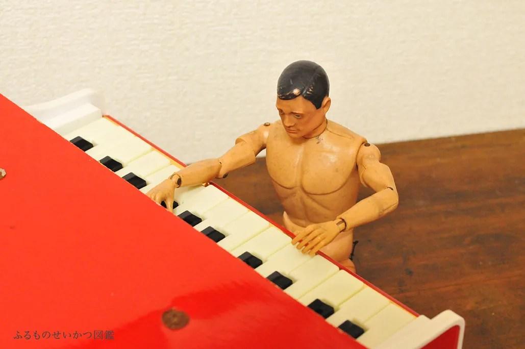 子供用レトロピアノを弾くGIジョー4