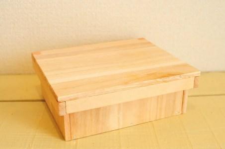 DIYで作った素木の四角い箱
