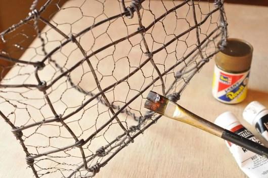 ワイヤーカゴ。塗る色を決めたらアクリル絵の具で塗る