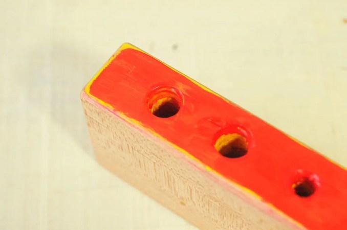 黄色の上に赤色を重ねて塗る-積み木リメイクDIY-ふるものせいかつ図鑑