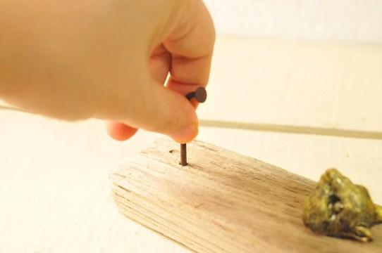 【ゴミDIY】拾った流木に錆びたゴミの釘をさしてシンプル可愛い壁掛けフックを作る