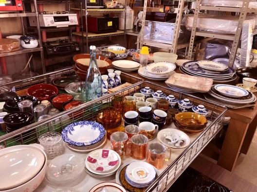 リサイクル市場第二空港店店内のキッチン用品コーナーは数十円から