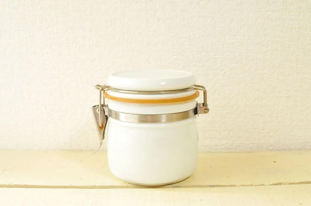 200円の有田焼の密閉容器は白でシンプルおしゃれ