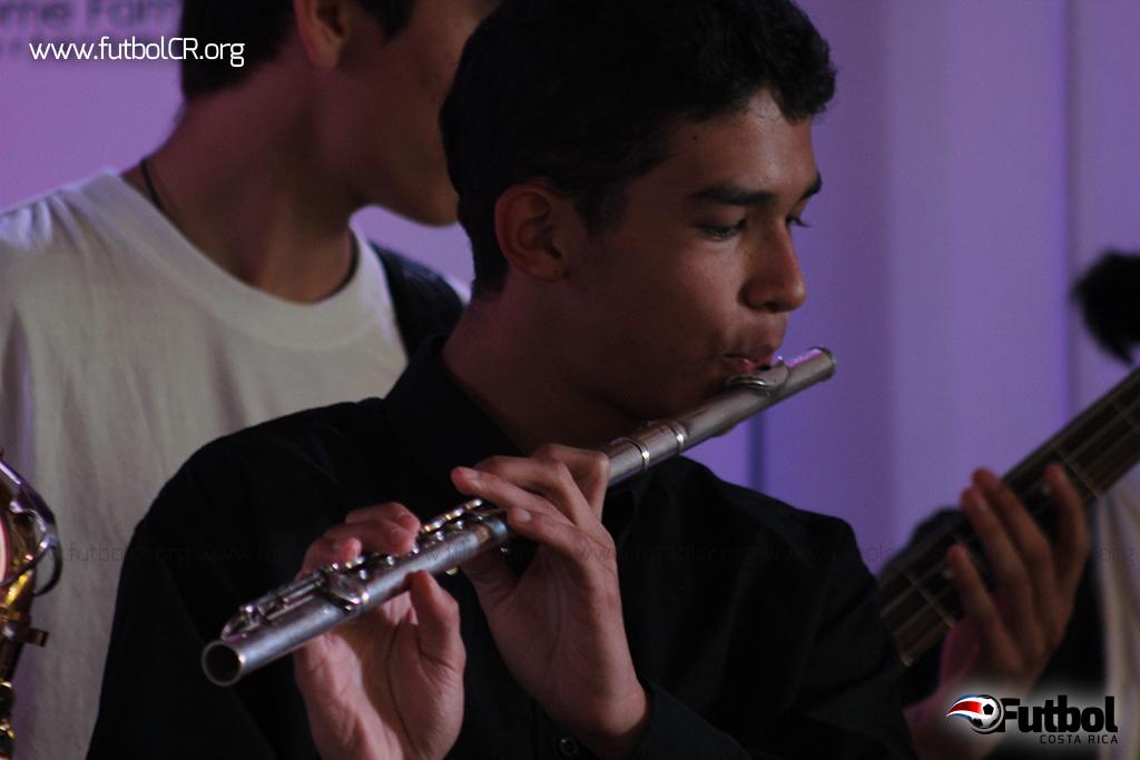 Joven del SIFAIS interpreta la flauta traversa