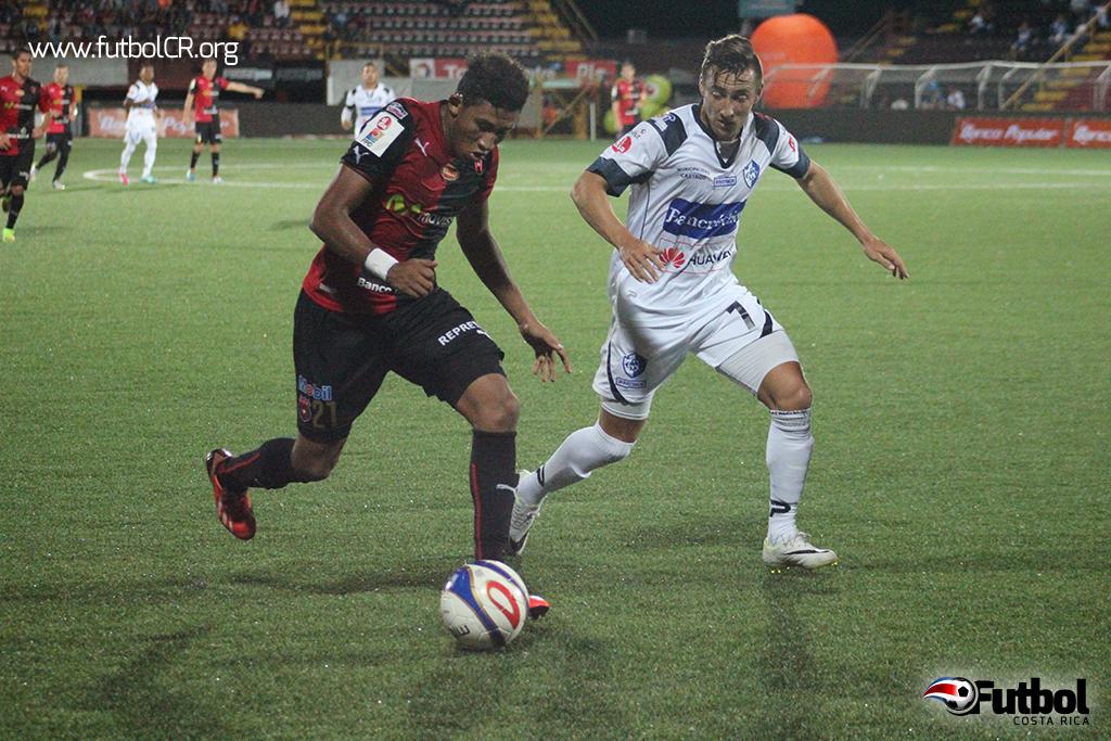 Yohan Venegas disputó el balón con Jiménez ayer en el estadio Alejandro Morera.