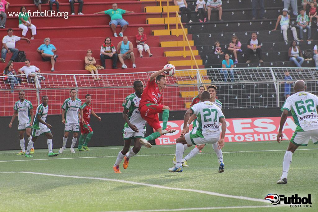 Albin Bennett toma por la espalda a Rooney Mora, para la segunda falte de penal del juego.