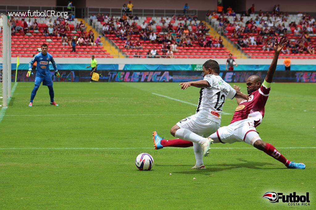 Luis González busca un centro ante la salida de Machado en el segundo tiempo.