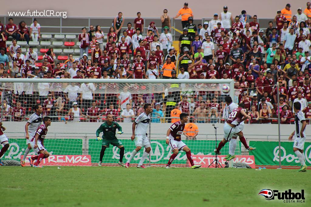 David Guzmán definió el tercer gol del juego, con certero cabezazo.