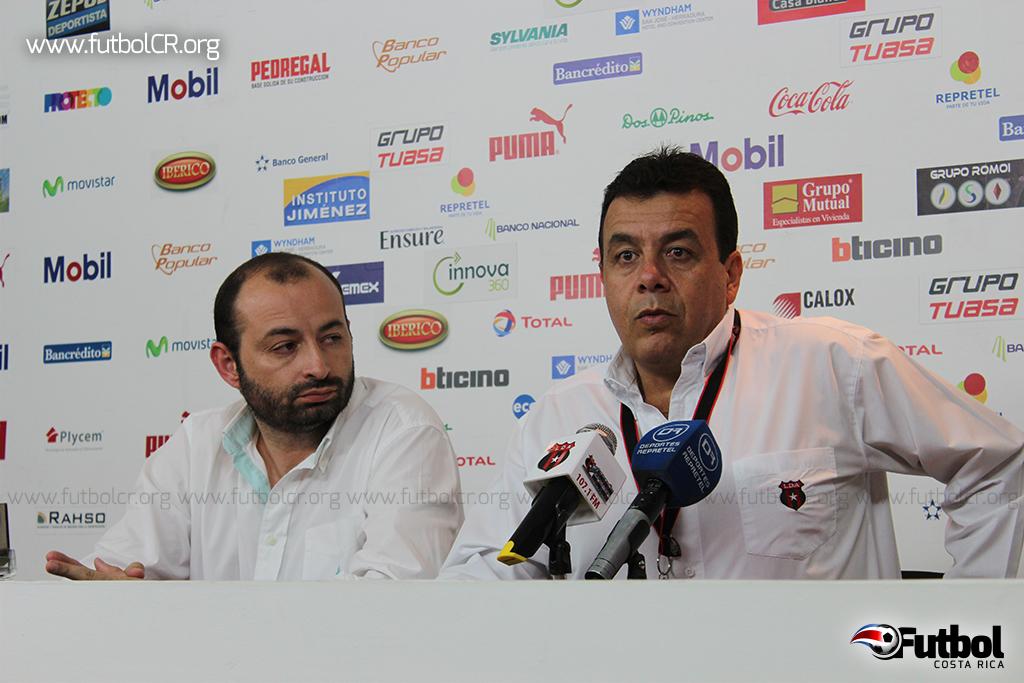 Alex Thompson de Dots in Motion y Aquiles Mata de LD Alajuelense presentaron el nuevo sistema de vallas del Estadio Alejandro Morera Soto.
