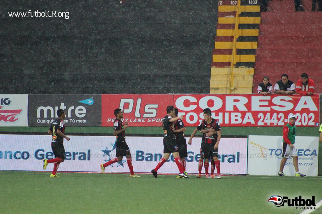 Johnny Acosta celebra junto a sus compañeros el único gol del juego.