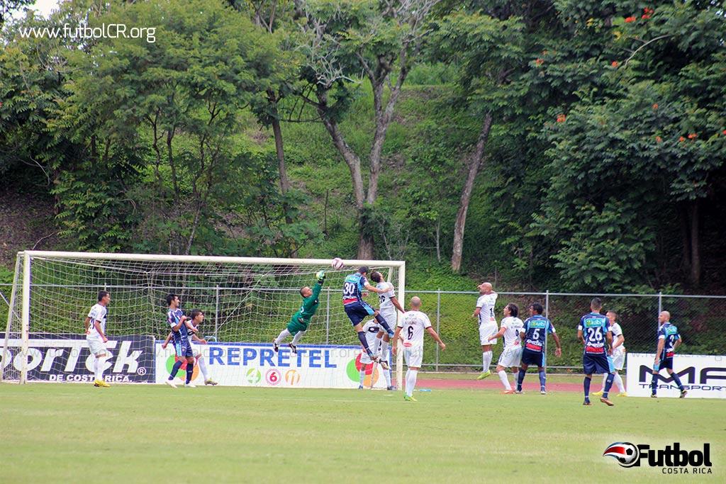 Ariel Contreras de cabeza gana en la altura y vence al arquero Mena en el segundo gol del encuentro.
