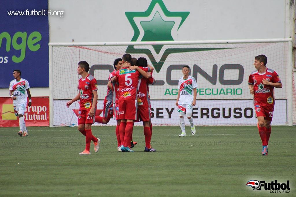 Carlos Hernández celebra con sus compañeros el empate del juego.