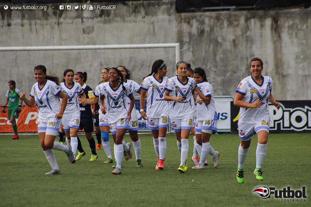 Daniela Coto(derecha), celebra el único tanto del encuentro con sus compañeras de equipo. Foto: Steban Castro