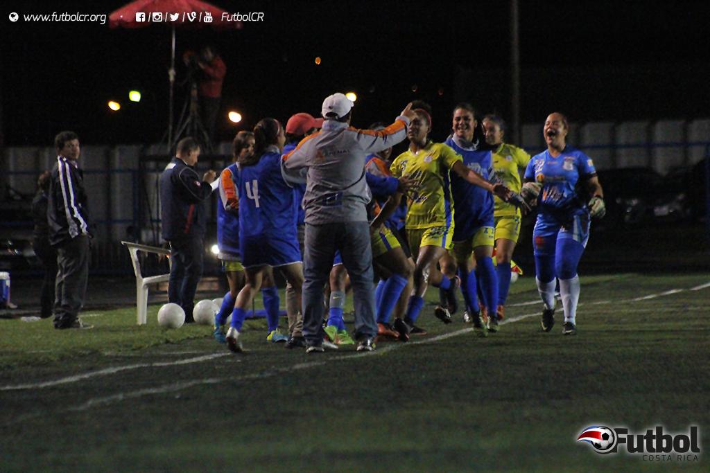 Celebración arenosa luego del empate. Foto: Steban Castro