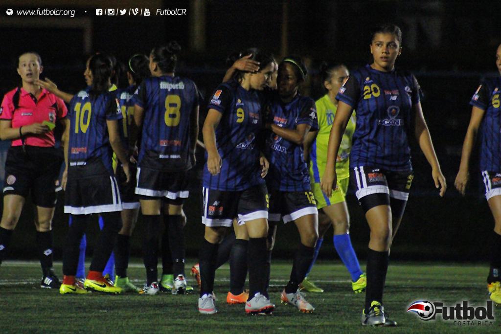 Karla Villalobos celebra con sus compañeras el gol definitivo. Foto: Steban Castro