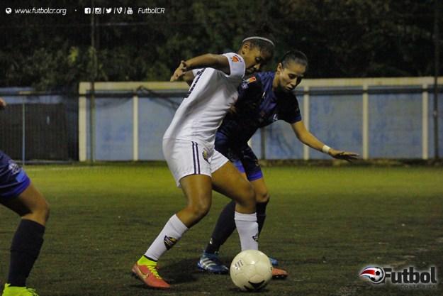 Keyla González por la banda derecha tuvo un duro mano a mano con Yesmi Rodríguez. Foto: Steban Castro