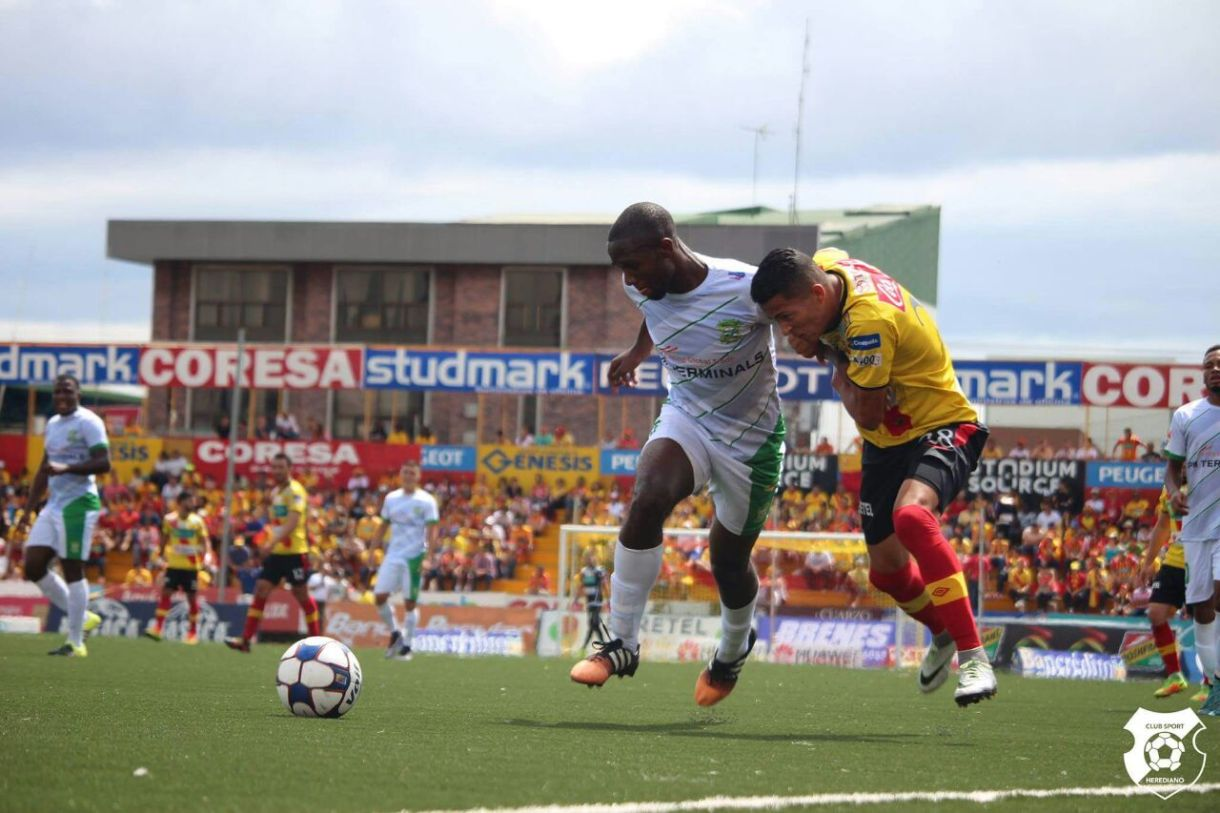 El juego físico siempre juega un papel importante en los duelos que participa Limón. Foto: sportscr.com