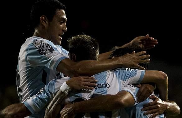 Los jugadores de Racing celebran uno de los goles que le anotaron al Deportivo Táchira.