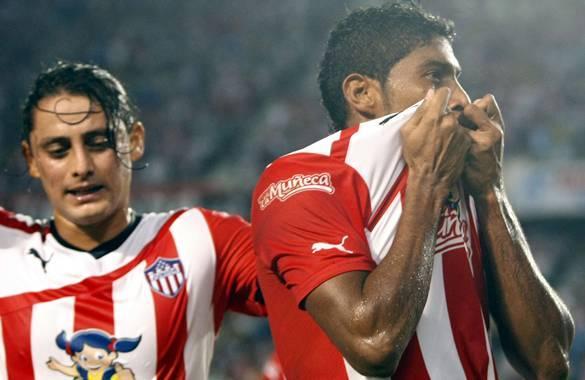 Luis Carlos Ruiz (der) celebra el gol que anotó.