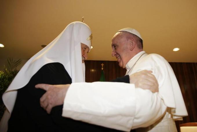 epa05157057 Pope Francis (R) and the Patriarch Kirill (L) of Moscow and All Russia, meet at Jose Marti international airport, in Havana, Cuba, 12 February 2016. Pope Francis and the leader of the Russian Orthodox Church, Patriarch Kirill, have met in Cuba in a major advance towards healing a 1,000-year-old rift between Roman Catholics and Orthodox Christians. EPA/Max Rossi/POOL