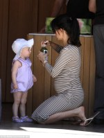 http://www.dailymail.co.uk/tvshowbiz/article-3013734/Hilaria-Baldwin-gives-baby-Carmen-sip-green-juice-takes-Alec-nail-salon.html