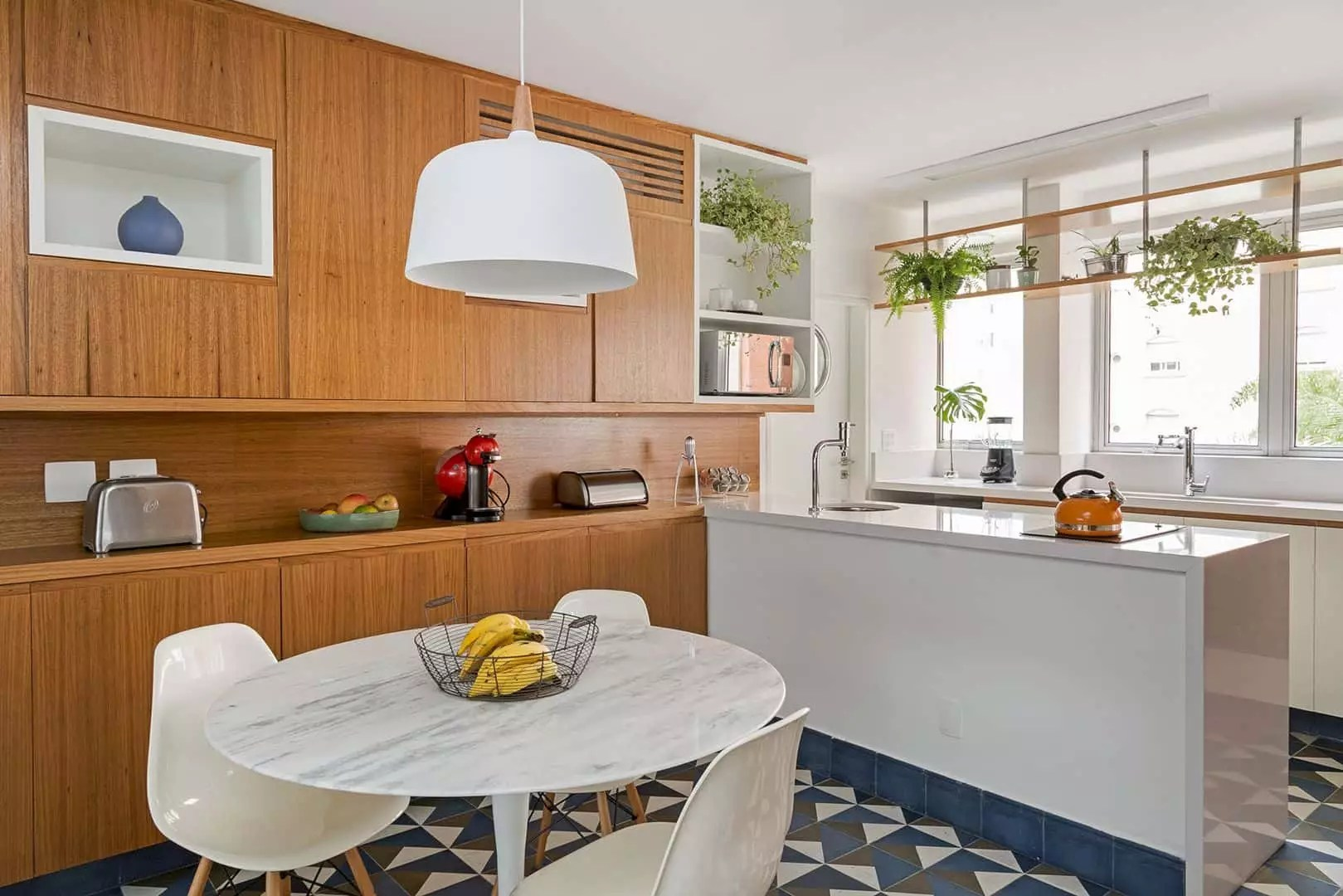 Apartamento Itaim: Minimalist Apartment with Wood Elements and Bright Atmosphere