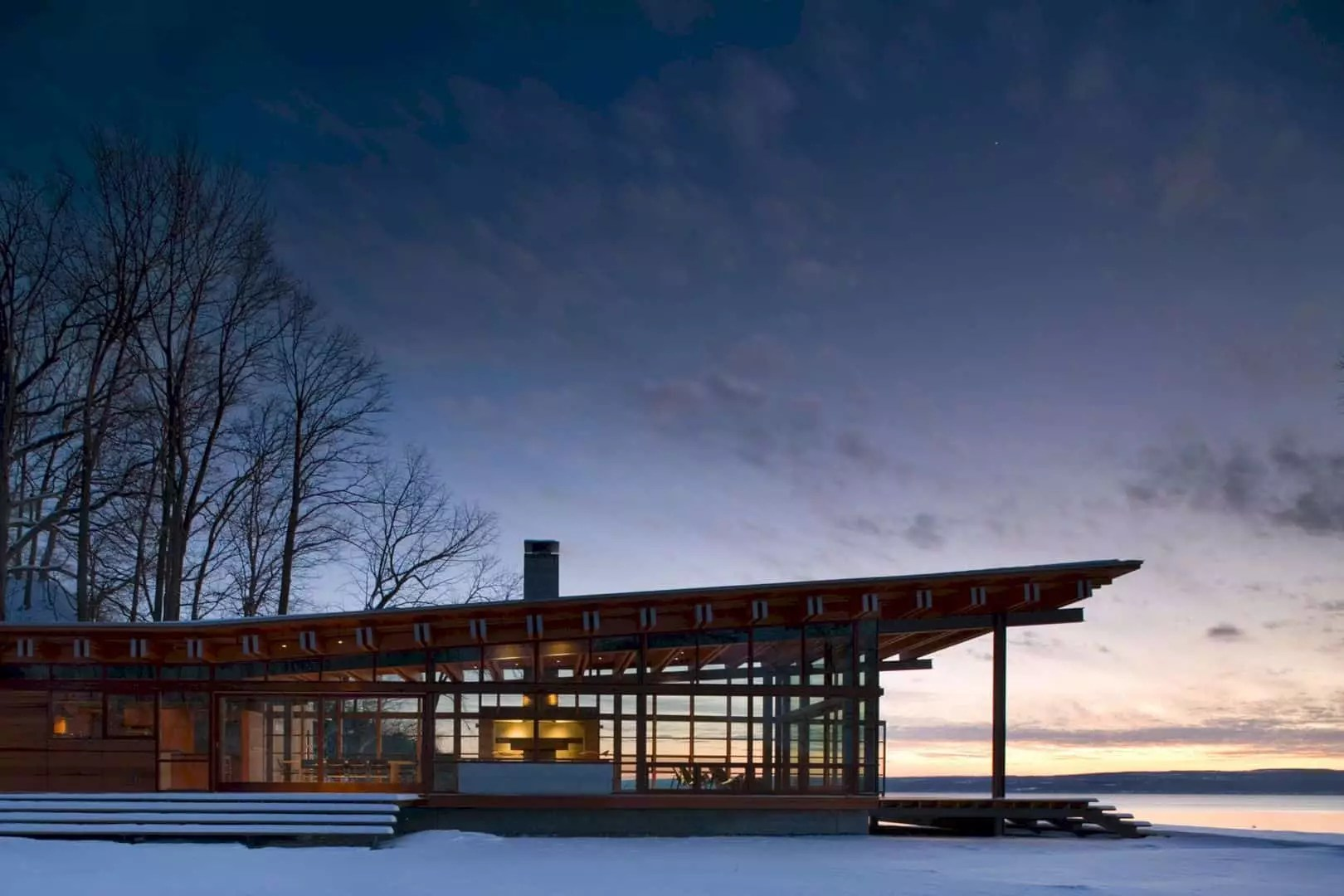 Combs Point Residence: A Quiet Retreat with Outbuilding Transparency for Life on the Water