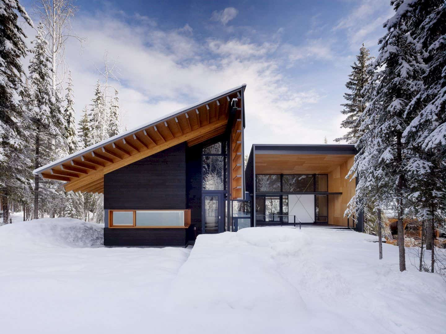 Kicking Horse Residence: A Modern and Rustic House with A Strong Connection to the Mountain Setting
