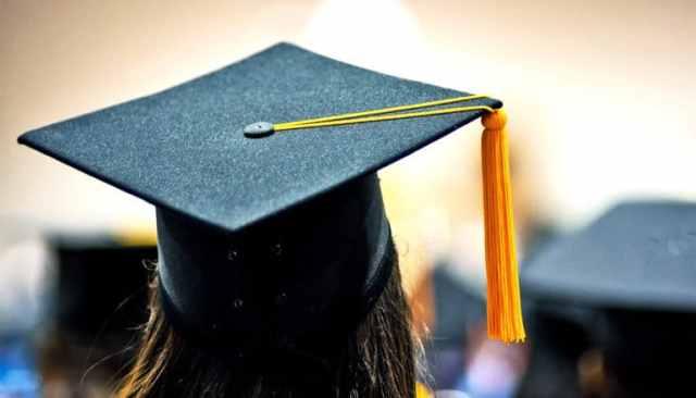 Een student aan het afstuderen met een pet met een gele tassle