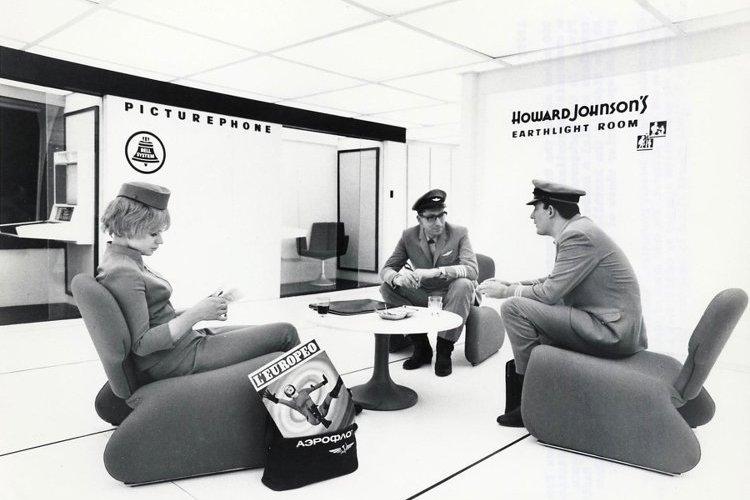 Una sequenza di 2001: Odissea nello Spazio con visibile una copia de l'Europeo