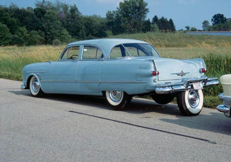 La Packard Cavalier del 1953 di Brooks Walker con la quinta ruota per parcheggiare.
