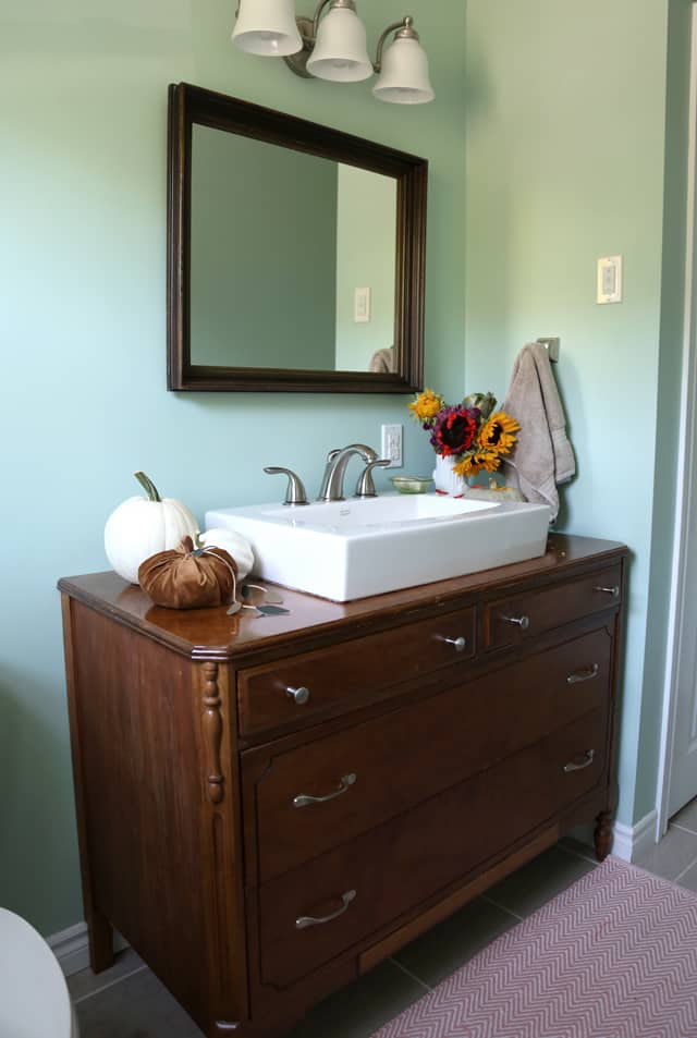Simple fall decorations in the bathroom