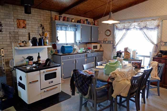 Outdated 1980's cottage makeover |Farmhouse Cottage by popular Canada DIY blog, Fynes Designs: before image of a 1980's farmhouse cottage kitchen.