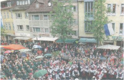 INFO, die regionale Wochenzeitung, Oberschwaben am 28.07.2010 Am unteren Bildrand ist der FZR beim Antrommeln in der Bachstrasse am Rutensamstag zu sehen; Blau-Weisse Fahne senkt sich gerade nieder!