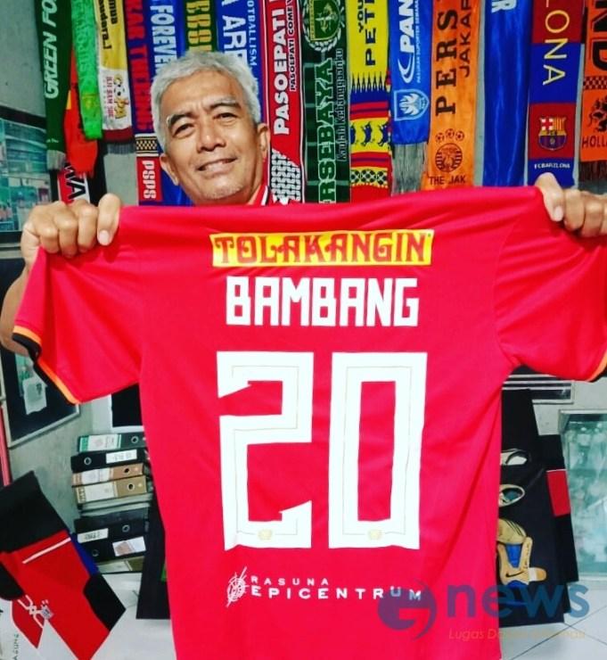 Mayor Haristanto ketika memamerkan kostum miik Bambang Pamungkas