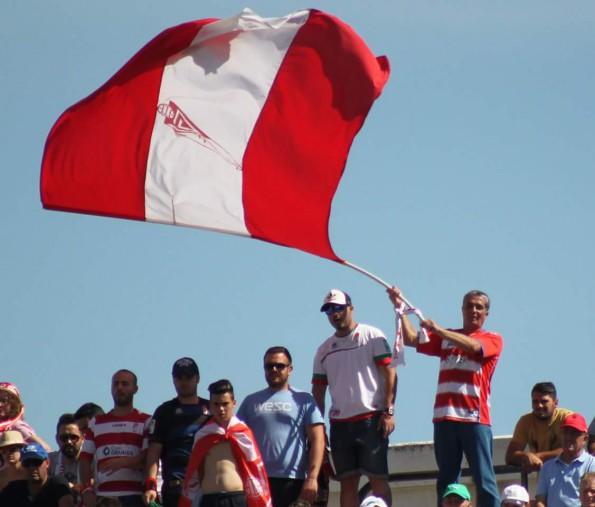 La familia Mora y su bandera.-Imagen Jorge Mora