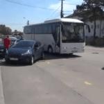 """VIDEO: Târgoviște, oraș închis pentru mitingul PSD: Nicio mașină nu intră în oraș în afara celor ale PSD / Câteva zeci de protestatari, flancați de forțele de ordine, scandează """"PSD, ciuma roșie"""""""
