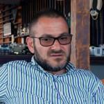 Horia Constantinescu, noul șef de la Protecția Consumatorilor, le cere angajatelor să nu mai poarte bluze cu decolteu, bijuterii și machiaj strident, iar fustele să ajungă la genunchi. Bărbații nu au voie cu plete, pantaloni scurți și alte accesorii în afară de verighetă