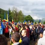 VIDEO Tensiuni la cimitirul eroilor din Valea Uzului: Câteva zeci de români au intrat cu forța în cimitirul închis cu lacăt și păzit de membri ai comunității maghiare, care au vrut să interzică accesul românilor