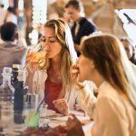 Restaurantele și cafenelele din Râmnicu Vâlcea și alte 18 localități din județul Vâlcea vor funcționa la o treime din capacitate. Cinematografele, sălile de jocuri și târgurile se închid, din cauza epidemiei