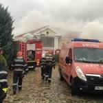 Fosta vilă a lui Irinel Columbeanu din Izvorani, mistuită de un incendiu. Pompierii au intervenit cu 10 autospeciale