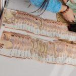 """FOTO Un milion de euro, 800.000 de dolari, bijuterii și mașini de lux ridicate de procurori de la """"fabrica de permise false"""" din Suceava. Cum funcționa mecanismul: șpăgi de 300 - 1500 de euro pentru traseu, între 3000- 6000 de euro pentru proba scrisă, potrivit DNA"""