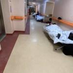 """VIDEO Imagini dure la """"Matei Balș"""": Pacienți COVID-19 sunt tratați și conectați la oxigen pe holurile spitalului, din lipsă de locuri"""