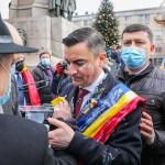VIDEO/FOTO Mihai Chirică, primarul din Iași, atacat şi mânjit cu iaurt de un protestatar
