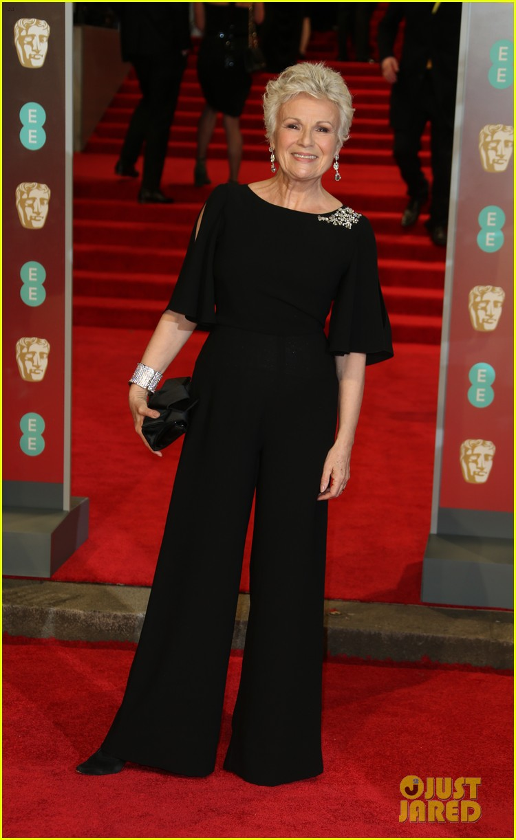 BAFTAs 2018, tapete vermelho, celebridades, looks, vestidos longos, moda, estilo, premiação, time's up, red carpet, celebrities, fashion, style, outfits, gowns, julie walters