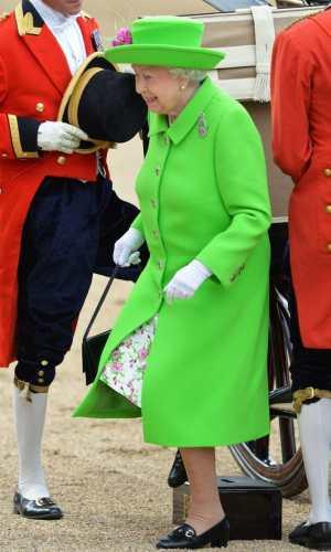 looks neon, moda, estilo, tendência, street style, neon outfit, fashion, style, inspiration, trend, rainha elizabeth II, queen elizabeth II